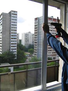 mughina ustanavlivaet okno