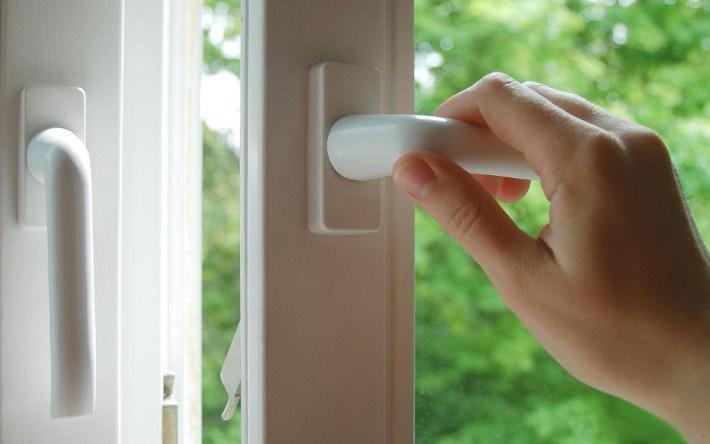 Почему «пахнут» пластиковые окна?